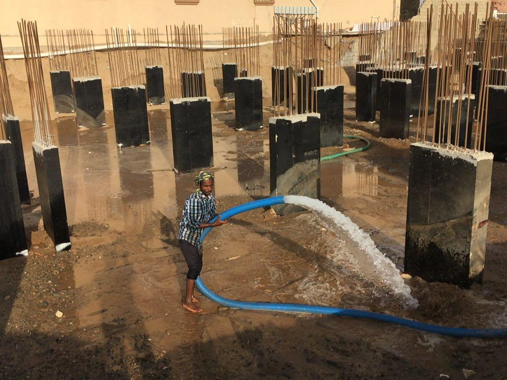 المرحلة الأولى من ردم الأساسات مع تغريقها بالماء