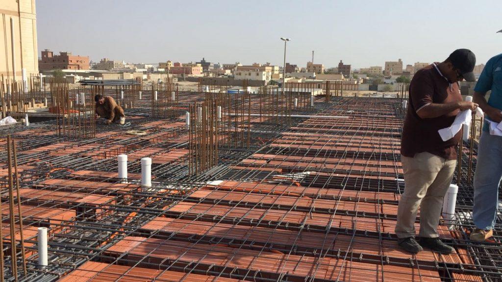 الانتهاء من صب أعمدة الدور الأول والبدء في تأسيس سقف الدور الأول