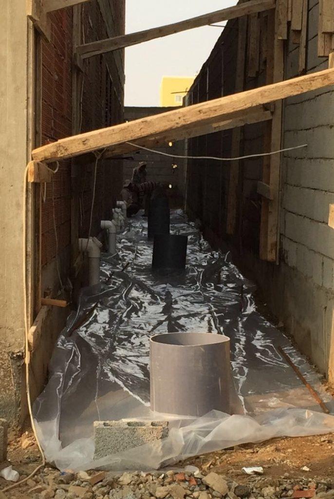 عملية رش مكافح النمل وصب حول المبنى